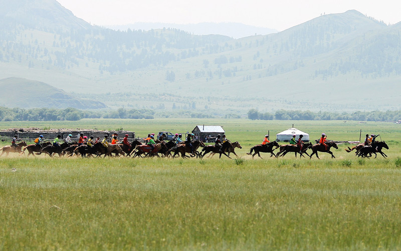 Things-to-do-in-Mongolia-watching-horse-race